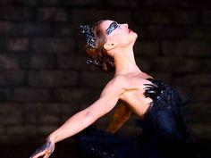 """""""Sendo protagonista de """"O Lago dos Cisnes"""", ela deve ser inocente, como o cisne branco, mas também sensual e provocante, à semelhança do cisne negro. Mas a sua natureza frágil e virginal, preservada a pulso pela mãe, impede-a de dançar, na perfeição, esse último papel."""""""