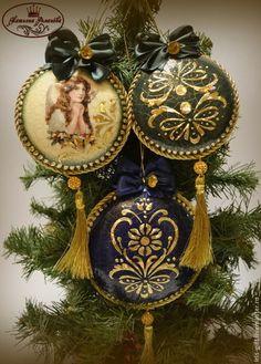 Купить или заказать Новогодний набор 'Золото в серебре' в интернет-магазине на Ярмарке Мастеров. Новогодний набор состоит из шкатулки 20х20 и шести игрушек. Одна большая диаметр 9.5 см, 2 средние диаметр 7,5 см и 3 маленькие диаметр 5,5 см. Заготовки шкатулки и игрушек сделаны из дерева. Время чудес приближается к городу. Снежный декабрь застыл в ожидании... Сказочный дед улыбается в бороду, тройкам оленей диктуя задания: «Вы довезите до всех, что заказано: деньги, любовь, море счасть...