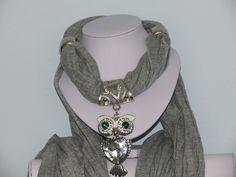 Foulard gris avec bijou hibou strassé : Echarpe, foulard, cravate par pawscrea