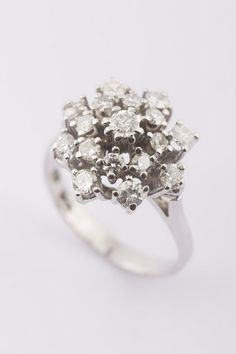 Hoe mooi!  Wit gouden entourage ring met briljant
