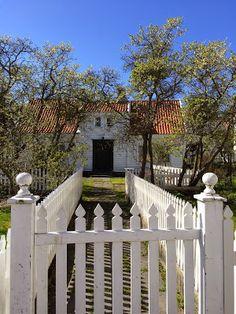 Det gode liv i Skudeneshavn Beach Houses, Fences, Hygge, Cabins, Gates, Cottages, Norway, Barn, Country