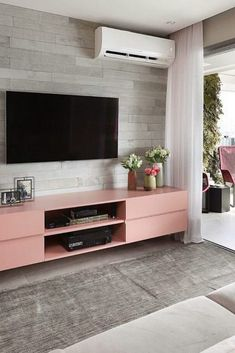 SIMPLE AND CHEAP TV ROOM – tips and inspirations for you to set up a beautiful TV room at home without spending too much! See cozy TV room styles. Fashion Room, Home Fashion, Style At Home, Cheap Tvs, Hangout Room, Sala Grande, Home Theater, Home Tv, Living Room Tv