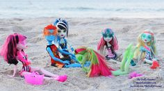 """Why does Rochelle look like she's wearing goggles? Gargoyles like her can't swim. """"They just sink to bottom. Monster High Art, Monster High Dolls, Swimming Classes, Ever After High, Toys Photography, Custom Dolls, Beach Bum, Group Photos, Doll Stuff"""