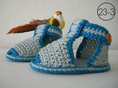 Sandalias de bebé con tonos gris y azul petroleo hechas a ganchillo.