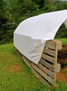 building a shelter out of pallets, diy, homesteading, outdoor living, pallet, repurposing upcycling, Stretch a heavy duty tarp on the outside and attach using wire or zip ties