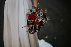 Bridal bouquet in dark reds and blues #ramodenovia #bridalbouquet #bridalbouquet #floraldesign #diseñofloral #weddingfloraldesign #ramodenoviaoriginal #ramodenoviasilvestre #bride #novia #wedding #originalbridalbouquet
