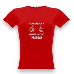 """Oblíbené tričko pro páry (pánské tričko má nápis """"Tenhle týpek miluje svou přítelkyni""""), obě najdete na stránkách Shirtspace."""