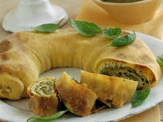 Strudel, zucchini, cheese and basil Strudel, Meat Recipes, Vegetarian Recipes, Cooking Recipes, I Love Food, Good Food, Yummy Food, Zucchini Pesto, Zucchini Cheese