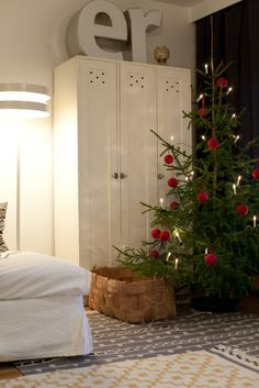A nice, simple Christmas tree. Finn style. Via Vihreä Talo.