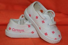 Zapatillas pintadas a mano www.sweetlittleshoes.com Painted Canvas Shoes, Hand Painted Shoes, Diy Painting, Designer Shoes, Baby Gifts, Baby Shoes, Slippers, Sneakers, Kids