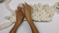 Cómo tejer una cobija con las manos en una hora - YouTube