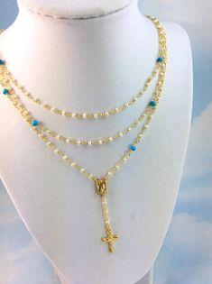 Se trata de un collar inspirado hermoso Rosario de múltiples capas hecho de perlas de agua dulce de 3mm y color turquesa las piedras preciosas genuinas, vermeil k oro 24. Este collar viene en una longitud de 16-18, 20 de 18o 20-22con 2 gota que tiene un pequeño 1/2 Cruz colgante de