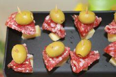 Para fazer esse espetinho, é necessário palito de dente, azeitona com pimentão, queijo e salame tipo italiano. A apresentação é bem bonita. A inspiração veio do site Matraqueando. Da próxima…