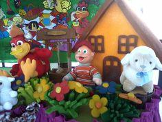 Tema  Cocoricó - Detalhe de mesa com personagens em pelúcia e complementos em espuma.
