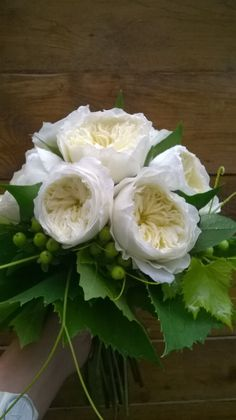 bouquet da sposa con rose inglesi (Dave Austin) con pampani di vite