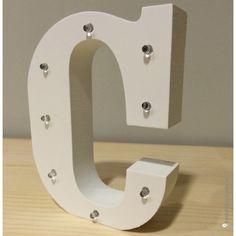 Letra C de madera luminosa. Además de decorar, proyectan una luz suave y acogedora.