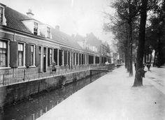 Gezicht op de voorgevels van de huizen Amsterdamsestraatweg 47 (links)- lager te Utrecht, aan de Otterstroom, uit het noordwesten 1925 Was, Utrecht, Outdoor, Historia, Outdoors, Outdoor Games, The Great Outdoors
