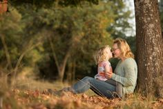 By Swedish photographer Maria Lindberg. Familyphotography. Familyphoto. Autumn colours. Fall tree. Familysession. Outdoor photo. Mum and daughter.