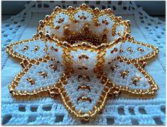 Diy Lace Ribbon Flowers, Beaded Flowers Patterns, Bead Crochet Patterns, Beaded Jewelry Patterns, Beading Patterns, Pony Bead Crafts, Seed Bead Crafts, Beaded Crafts, Crochet Flower Tutorial