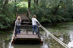 Doepark Nooterhof is een groene oase in Zwolle. Een geweldige plek met natuurspeeltuin, water, een trekpontje, tuinen en een heerlijk theehuis. Days Out With Kids, Family Days Out, Weekend Trips, Day Trips, Travel Around The World, Around The Worlds, Natural Playground, Outdoor Play, Outdoor Activities