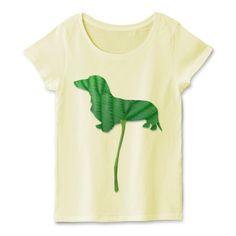 葉っぱのダックスTシャツ | デザインTシャツ通販 T-SHIRTS TRINITY(Tシャツトリニティ)エコなイメージの葉っぱのミニチュアダックスフンドのTレディースTシャツ。葉っぱをそのままミニチュアダックスのシルエットにしたので面白いデザインTシャツでもあります。上質なコーマ糸で作られたフェミニンスタイルにも使用できるTシャツです。 #ミニチュアダックスフンド