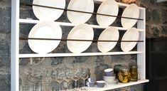 Tallrikshyllor passar väldigt bra i lantliga kök och matsalar.Här visar Ernst Kirchsteiger hur du enkelt gör en egen hylla med några hyllplan och armeringsjärn. Plate Shelves, Plate Racks, Wooden Plates, Decorative Plates, Danish Style, Scandinavian Style, Bathroom Medicine Cabinet, Interior Decorating, House Styles