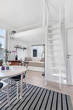 För ett tag sedan såldes ett av Sveriges minsta ut av fastighetsförmedlingen Fastighetsbyrån. Huset är knappa 22 kvadratmeter, plus loft.