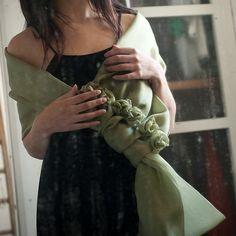 Stola in organza di seta con fiori applicati, realizzati a mano.