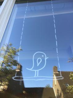 Een eigen raamtekening ontwerp: een vrolijk vogeltje gemaakt met krijtstiften…