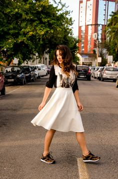 look do dia, look com tênis, saia midi com tênis