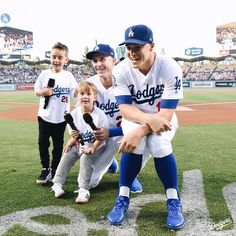 What a night for Dad. Chase Utley's Bobblehead Night presented by Takagi. Dodgers Party, Dodgers Girl, Dodgers Fan, Baseball Guys, Dodgers Baseball, Football, Cody Bellinger, Dodger Blue, Dodger Stadium