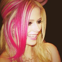 See the latest images for Avril Lavigne. Listen to Avril Lavigne tracks for free online and get recommendations on similar music. Avril Lavigne, Pink Hair, Blonde Hair, Rosa Highlights, Pink Streaks, Bobe, Cute Hairstyles, Her Hair, Hair Makeup