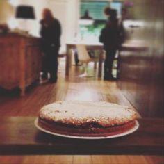 La sacher è un dolce golosissimo composto da due strati di torta al cioccolato farciti da marmellata. Questa versione senza glutine e senza lattosio con marmellata di lamponi vi farà innamorare! (Ricetta di Le bio ricette di Mimi & Liz)