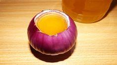 """Siropul de ceapă cu miere este o rețetă vindecătoare scoasă din """"farmacia bunicii"""", folosită cu succes împotriva tusei și a răcelii. Este foarte eficientă pentru adulți, și poate fi ajustată (eliminând mierea) pentru copii."""