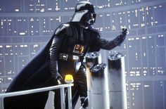 Darth Vader La historia de Star Wars, bueno, al menos la mayor parte, gira en torno a Darth Vader a.k.a Anakin Skywalker. Un caballero Jedi —es decir, uno de los buenos— que básicamente por capricho decidió convertirse en un malvado Sith.     Es decir, un verdadero señor del mal que induce respeto y temor en sus víctimas y por cierto, en nosotros. Aunque, sobre el final de la saga vuelve a la senda del bien para salvar a su hijo, es decir, es el villano, pero también al mismo tiempo es el…