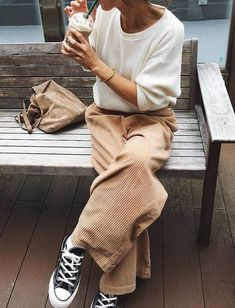 25 +> Love this casual combination and neutral tones. The kordhose with wide leg is . Love this casual combination and neutral tones. The kordhose with wide leg is … Street Style Jeans, Looks Street Style, Looks Style, Style Me, Simple Street Style, Cool Girl Style, Basic Style, Mode Outfits, Casual Outfits