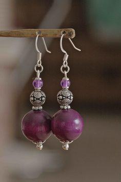 Boucles d'oreilles perles bois couleur améthyste et perles métal travaillé : Boucles d'oreille par baboochka