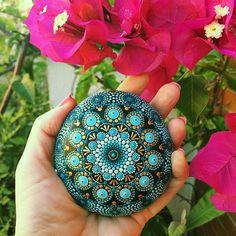 Mano de piedra Mandala pintada
