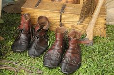 Norse shoes - I love the colors! Viking Shoes, Viking Garb, Norse Clothing, Medieval Clothing, Vikings, Medieval Boots, Renaissance, Shoe Pattern, Layering Outfits