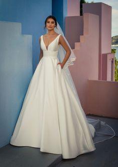 Dieses wunderschöne Brautkleid aus der aktuellen White One Kollektion 2021 findest Du bei Boesckens in Erkelenz. Es ist eines von hunderten Brautkleidmodellen, die Du in allen Größen von 32 bis 58 bei uns erleben kannst. Die allermeisten Bräute buchen rechtzeitig vor der Hochzeit einen unverbindlichen Beratungstermin, damit sie ihr ganz persönliches Traumkleid bei uns finden. Wir freuen uns auf Dich!   ::  #brautkleid #hochzeitskleid #boesckens Chiffon, Formal Dresses, Wedding Dresses, Fashion, Gown Wedding, Marriage Dress, New Wedding Dresses, Registry Office Wedding, Line