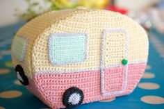 Crochet a Toy Caravan - Inside & Out No how cute is this. What fun could be had playing with a fitted out toy caravan. Any little doll w. Crochet Vintage, Unique Crochet, Cute Crochet, Knit Crochet, Camping Vintage, Vintage Camper, Retro Campers, Holiday Crochet, Crochet Gifts