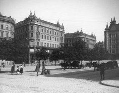 Belváros, a Klotild paloták nyugati oldala a Városház tér (Váci utca) felé nézve. Balra a Kígyó utca, beljebb a Szabad sajtó (Eskü) út torkolata.