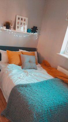 42 easy ways for diy dorm room decor ideas 8 ~ House Design Ideas Teen Room Decor, Room Decor Bedroom, Bedroom Ideas, Bedroom Inspo, Teen Bedroom Desk, Dorm Room Designs, Aesthetic Room Decor, Cozy Room, Dream Rooms