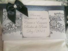 LÁGRIMAS DE ALEGRIA - LENÇOS PERSONALIZADOS 2 lenços descartáveis embalados em celofane com tag personalizada na cor, tema e ilustração seguindo a papelaria de seu casamento. Fechada com fita de cetim e laço com strass. R$ 1,35