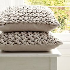 Chunky Knit Obsession - Get Knitting! - pillows, pouf, blankets and more with super chunky yarn Knitted Cushion Covers, Knitted Cushions, Diy Cushion Covers, Pillow Covers, Yarn Projects, Knitting Projects, Crochet Projects, Crochet Home, Knit Crochet
