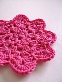 Lovely flower coaster PDF crochet pattern by CasaDiAries on Etsy | Craft Juice