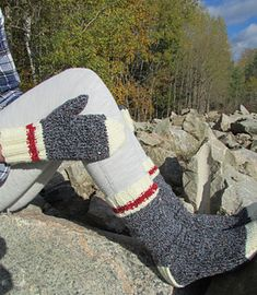 Looking for a super simple mitten recipe? This is oh-so-easy and the magic thumb opening will make it your new fave. Knitted Mittens Pattern, Crochet Mittens, Knitting Patterns Free, Crochet Stitches, Knitted Hats, Crochet Hats, Free Pattern, Loom Knitting, Knitting Socks
