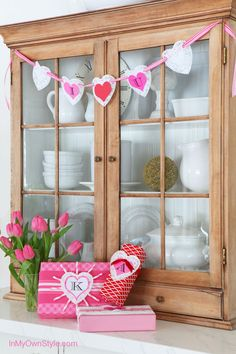 Banner for Valentine's party or to decorate your home. Easy to make with paper and ribbon.