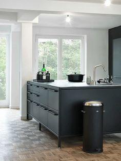 Cuisine noire - élégante sur ses pieds chromés #black #kitchen #elegant