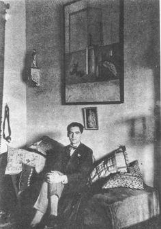 En su cuarto en Granada, bajo un cuadro que le regaló Dalí, 1925